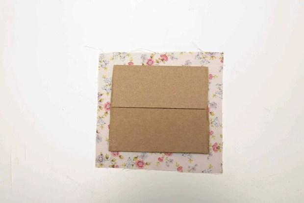 como forrar cartón con tela
