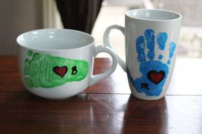 Tazas pintadas con huellas infantiles para el día del padre