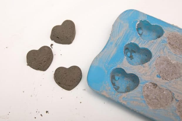 molde de corazones relleno de cemento