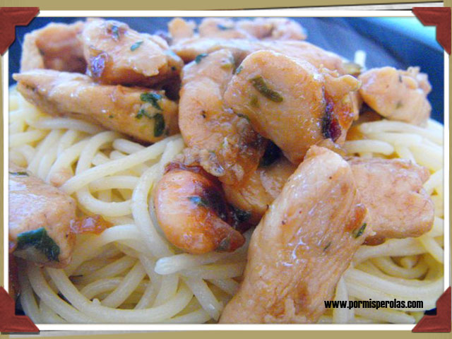 Espagueti con pollo, pasas y almendras