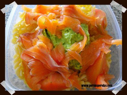 Ensalada de pasta cn aguacate y salmón ahumado