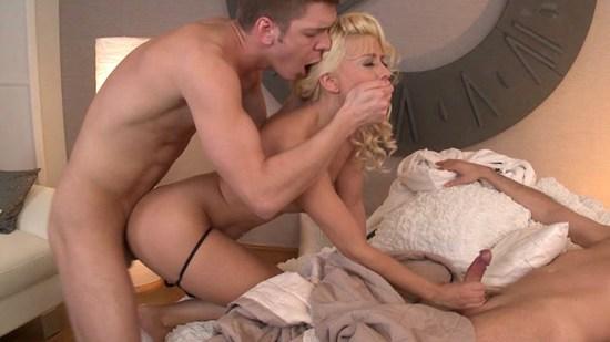 Plan à trois passionnel avec une blonde éblouissante
