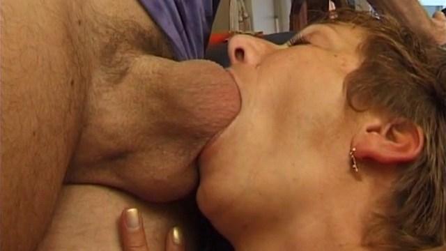 Une femme mûre qui adore sucer les grosses bites