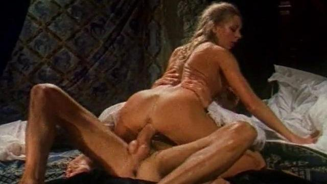 Un mec qui fantasme sur une brune en se tapant une blonde.