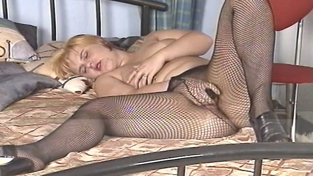 Grosse femme bien chaude se touche la chatte
