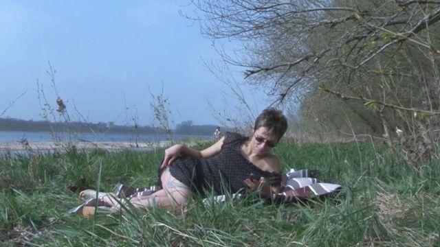 Virginie, femme au foyer à Orléans, fait des plans culs au bord de la Loire ! (vidéo exclusive)