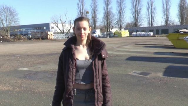 Nous retrouvons Charlotte, 19 ans, élève modèle en 1ère S dans un lycée de la région parisienne ! (vidéo exclusive)