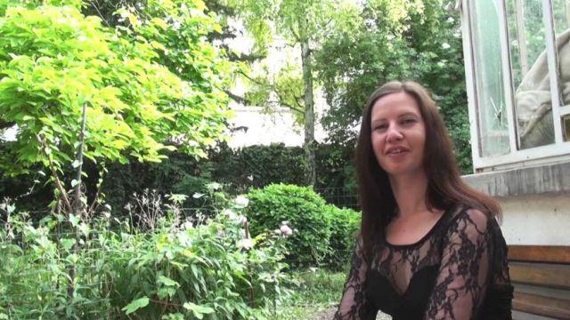La très sexuelle aide-soignante de Metz nous demande de lui remplir le cul ! (vidéo exclusive)