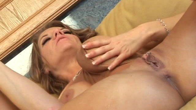 Les lesbiennes aux gros seins aiment les cunnilingus