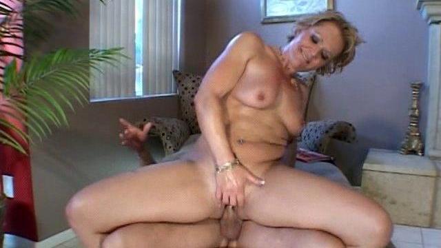 Une femme mûre essore un gros chibre avec sa vieille chatte