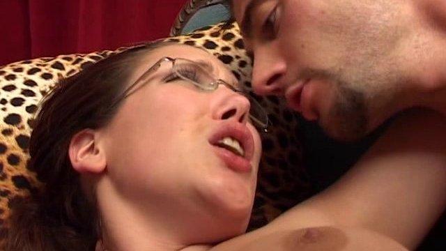 Femme à lunettes, femme à grosse bite !