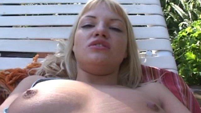 Blonde qui se touche la fente