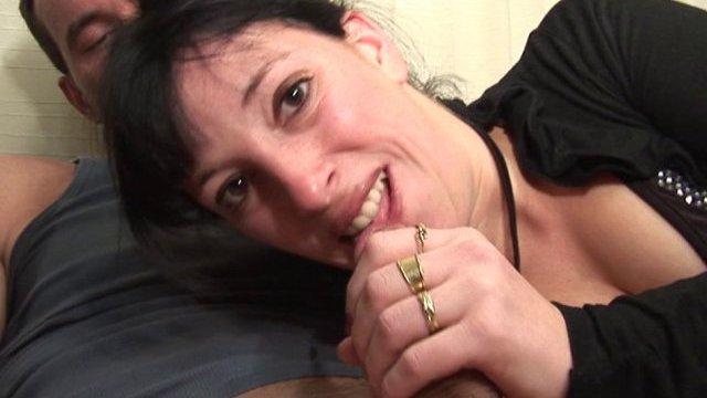 Libertine brunette initié à la double pénétration
