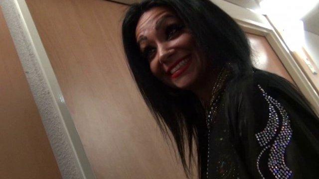 Une Égyptienne culbutée dans une chambre d'hôtel.