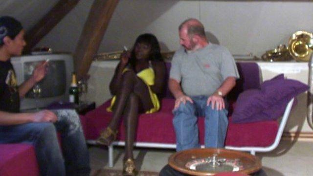 Une barmaid black de panam nous fait découvrir son métier