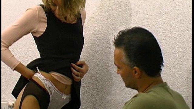 Il baise sa petite chatte poilue dans ce porno francais