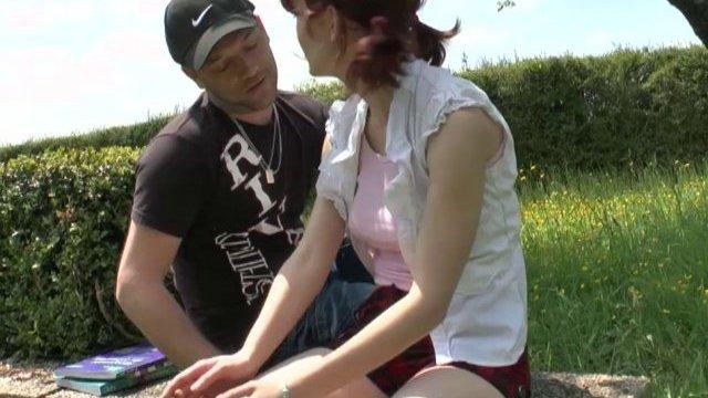 Lisa, étudiante rousse au petit cul rose, initiée à la baise en plein air!