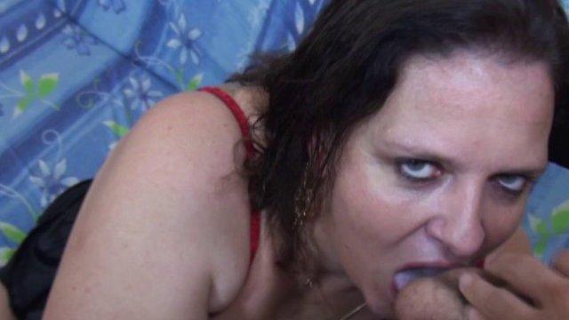 Vieille salope fistée dans un porno français