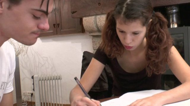 Une étudiante s'en prend plein les trous dans un porno français