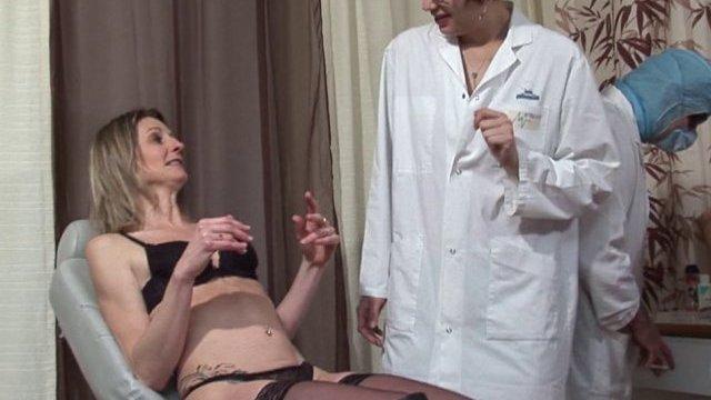 Mathilde, femme fontaine, se fait dilater les orifices chez le gynéco!