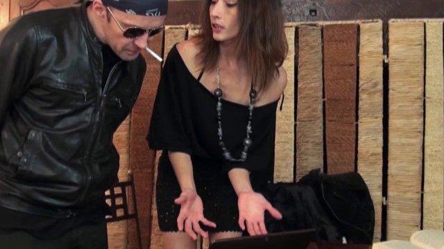 Gabriela préfère la grosse queue du réparateur plutôt que de payer la facture!