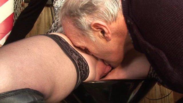 Papy et compagnie s'amusent au bar
