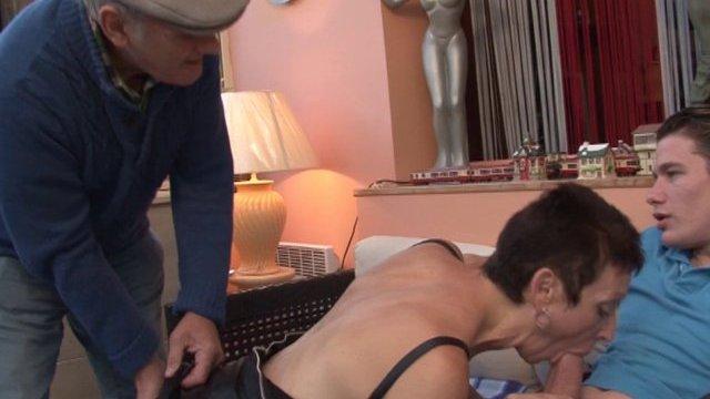 Son petit fils vient l'aider à défoncer une escort mature