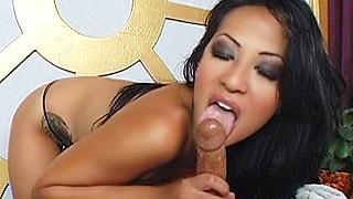 Cette masseuse asiatique suce comme personne !