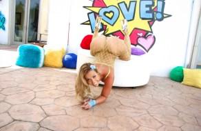 Kelsi Monroe en sexy lenceria de red mostrando su culo