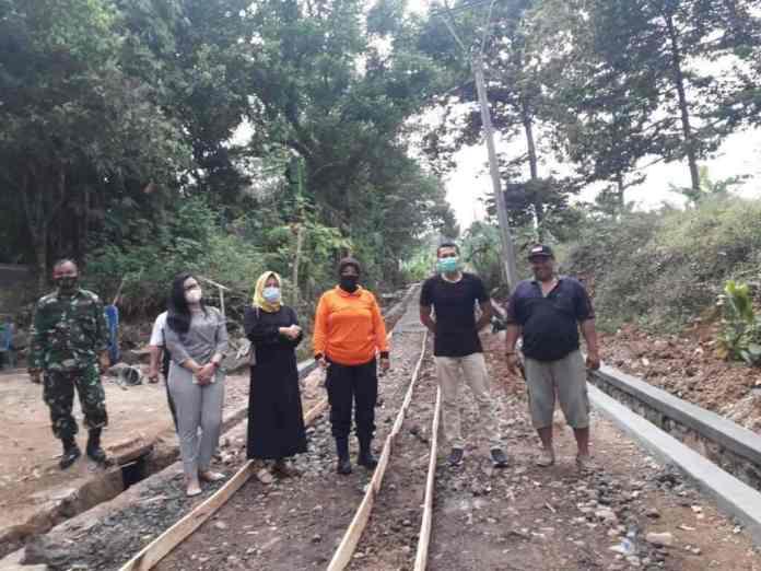 Fardela Poultri Farm Perbaiki Jalan Ciwanasari bareng Warga