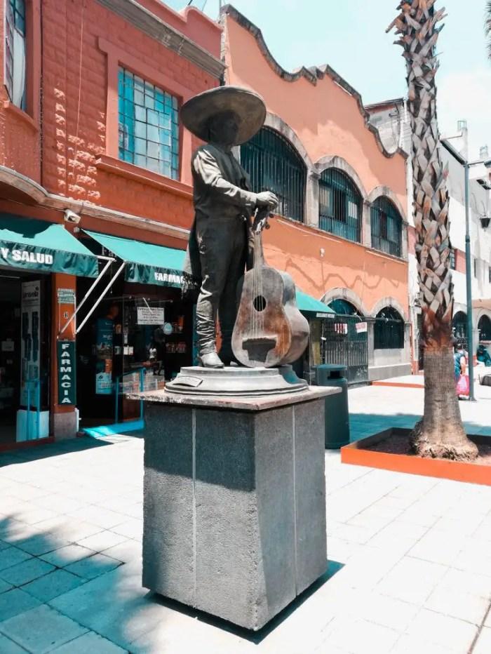 Estatua de mariachi cerca de la plaza Garibaldi.
