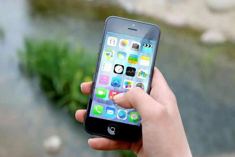 Fotografía de un celular con varias aplicaciones instaladas.