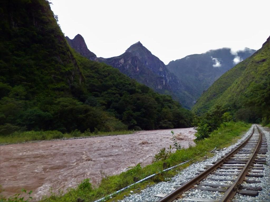 Camino por tierra a Machu Picchu.