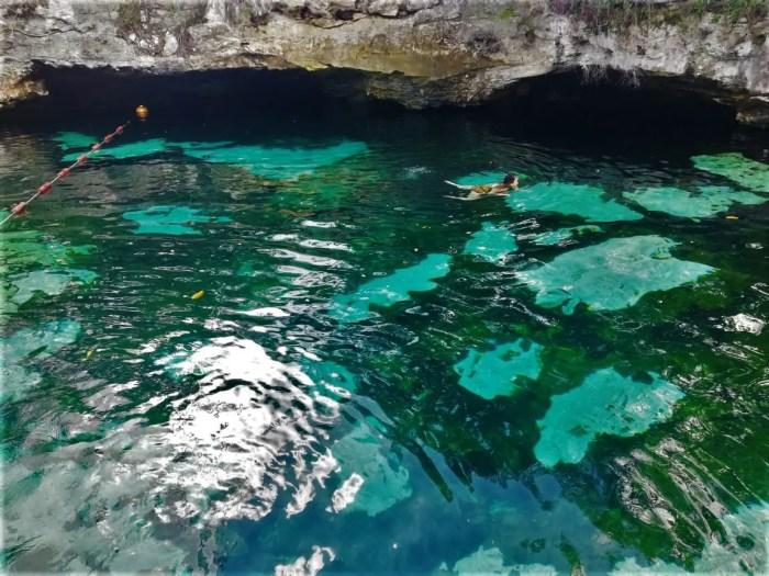 Persona nadando en el Cenote Azul.