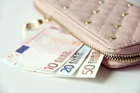 Dinero en efectivo: uno de los artículos indispensables para viajar.