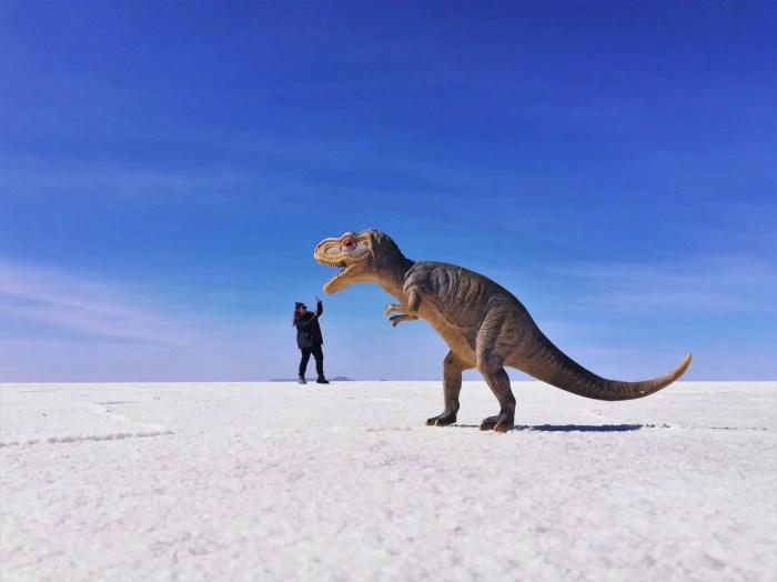 Foto de perspectiva con un dinosaurio en Uyuni.