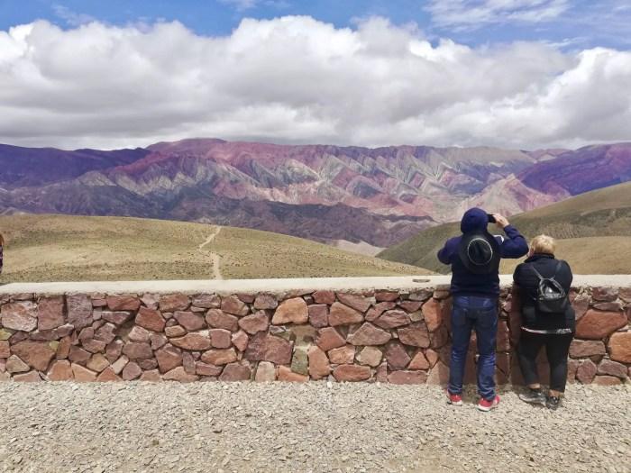Turistas en el Cerro de 14 Colores en Jujuy.