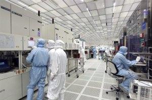 Salle blanche chez STmicroelectronics site de Crolles (Isère, France). La salle blanche est le lieu de fabrication des dispositifs de microélectronique.