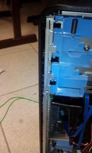 Les deux fils sortant du boitier du PC et reliés vers un bouton poussoir.