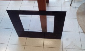 La plaque de plexiglas peinte en noir avec une bombe de peinture