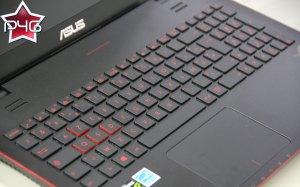 Le clavier est rétroéclairé en rouge.