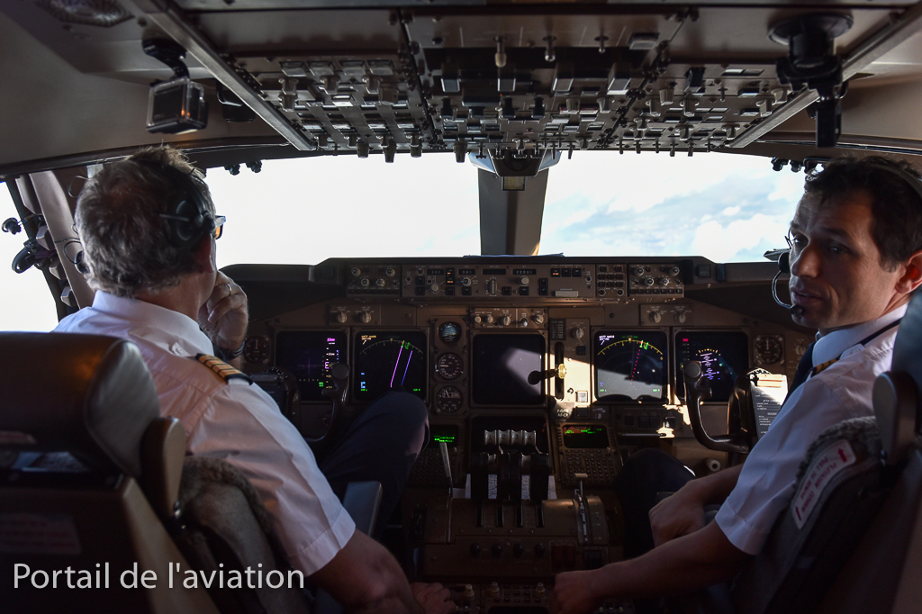 Dans le cockpit, les pilotes vivent avec beaucoup d'émotions ce dernier vol.