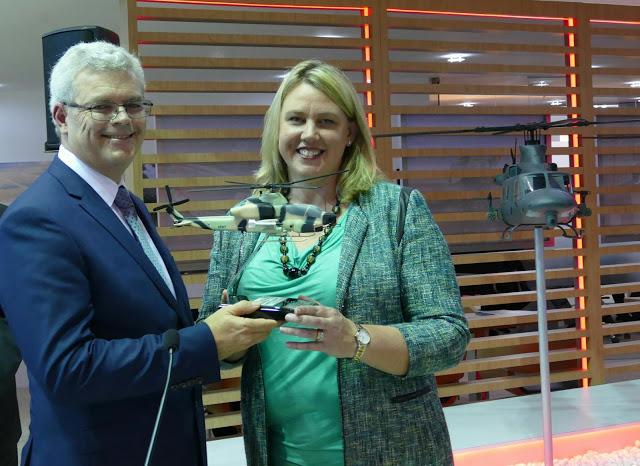 Lisa Atherton et Steve Drury lors de l'annonce de l'accord entre BAE Systems Australia Aerospace et Bell Helicopters. Crédit: Bell Helicopters
