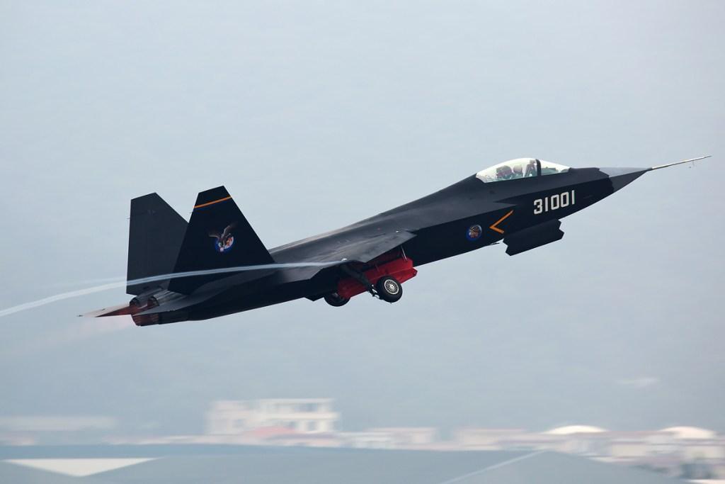 Également produit par Shenyang, le J-31est un design original, même si ses formes générales s'inspirent du F-35 américain. L'expérience acquise sur le programme J-11 en matière de conception, d'assemblage et d'électronique embarquée aura incontestablement bénéficié à ce nouveau programme. Toutefois, la Chine reste encore tributaire de la Russie en matière de propulsion, les réacteurs étant des Klimov similaires à ceux équipant le MiG-29. Source Wikimedia - Photographie de Danny Yu
