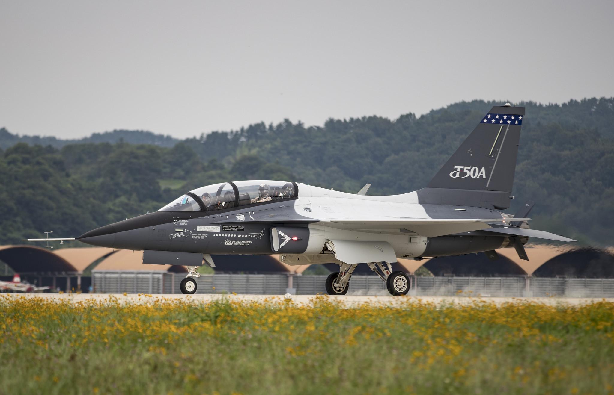 Le deuxième T-X qui participera aux essais en vol n'est pas équipé du carénage dorsal, ce qui devrait améliorer ses performances globales. Dans le cadre d'une offre globale de systèmes et de services, Lockheed Martin peut très bien proposer qu'une partie seulement des appareils servent au ravitaillement en vol, l'appel d'offre T-X laissant ainsi une certaine souplesse aux candidats. (© Lockheed Martin)