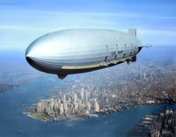 USS Macon (ZRS-5) survolant New York City, 1933, Crédits: U.S. Navy / mis en couleurs par Jared Enos