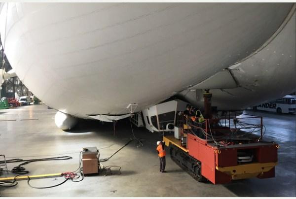 Airlander 10 avec son nouveau mât mobile d'amarrage, Crédit HAV