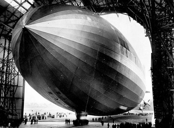 Le LZ-129 Hindenburg à sa sortie d'usine, à Friedrichshafen en 1936.