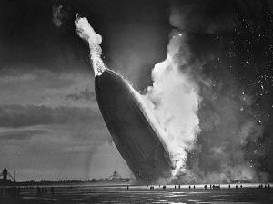 Le LZ-129 Hindenburg en flammes.