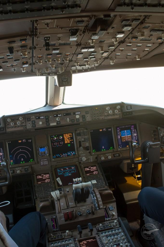 Petit bonus, le cockpit du 777-300ER